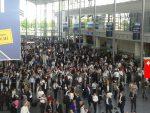 Besucher und Aussteller drängen am ersten Tag der Intersolar und electrical energy storage in die Messehallen in München. Bis Freitag laufen die Veranstaltungen. Foto: I. Rutschmann