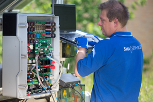 Vermutlich bis Sommer 2015 hält die Umrüstung älterer Solaranlagen an, die vom 50,2-Hertz-Problem betroffen sind. Foto: SMA Solar Technology AG