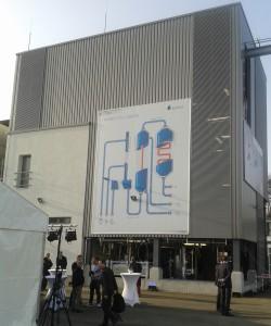 14 Meter hoch und 14 Meter breit: Die Power-to-liquid-Anlage gleicht einem riesigen Maschinenhaus. Nicht im Bild ist der Elektrolyseur - er befindet sich außerhalb des Gebäudes.