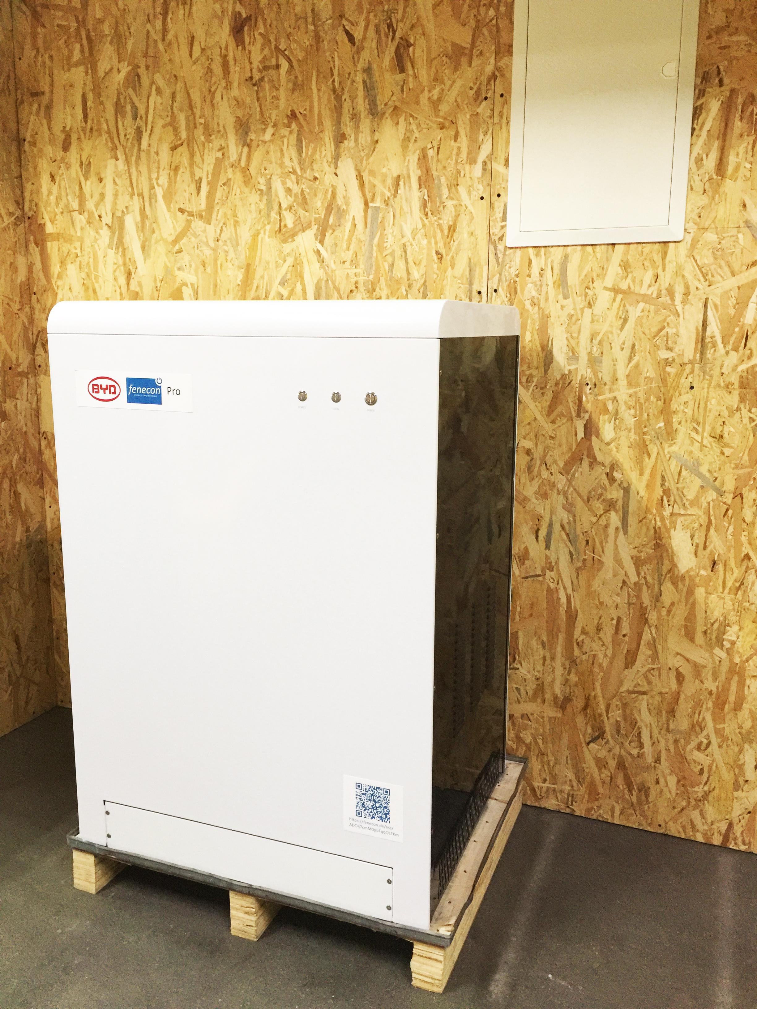 Dreiphasige Speicher von Fenecon sollen bald am Regelleistungsmarkt teilnehmen können. Dafür erhalten die Betreiber 1.000 Kilowattstunden Strom im Jahr umsonst. Foto: Fenecon GmbH & Co. KG
