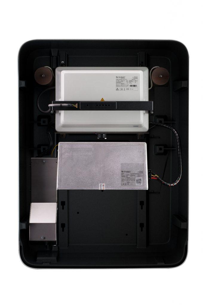 Blick in einen Batteriespeicher von Solarwatt: Oben sitzt die Leistungselektronik. Darunter haben bis zu zwei Batteriemodule Platz. Foto: Solarwatt GmbH